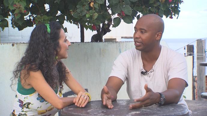 Animador Ciro Alexandre conta a Maria como é a relação com a sogra (Foto: TV Bahia)