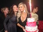 Veridiana Freitas usa vestido curto e decotado para festejar aniversário