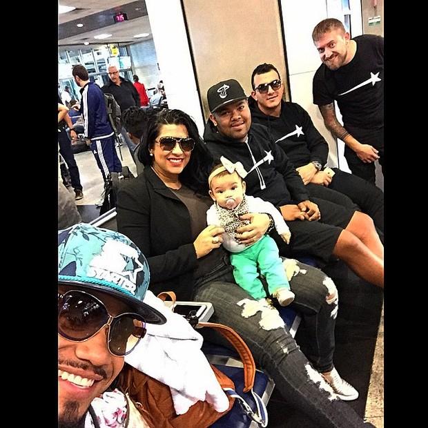 Naldo, Moranguinho e amigos com a filha (Foto: Instagram / Reprodução)