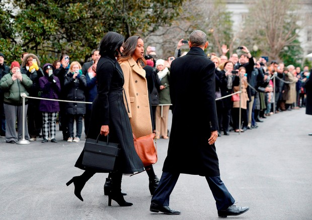 Michelle Obama com look total black e sua Horizon bag preta no dia 10.01 (Foto: AKM-GSI)