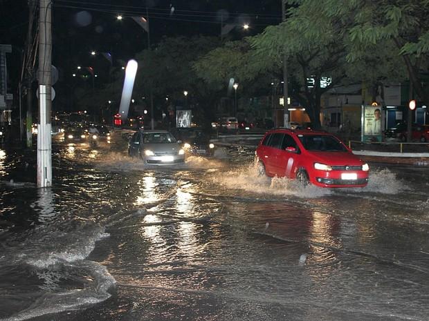 Ruas de Manaus ficaram alagadas (Foto: Aldenor Lima/VC no G1)