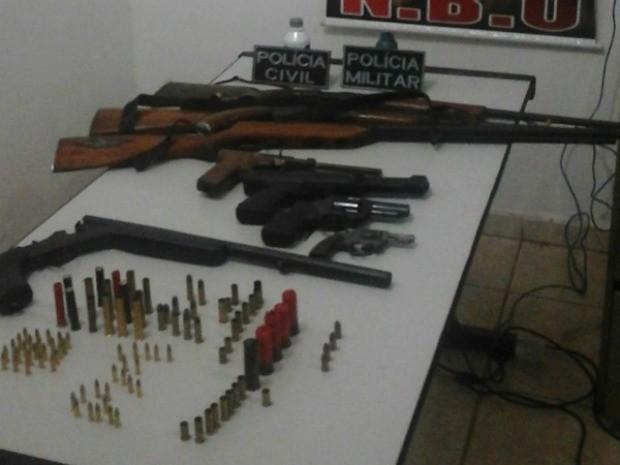 As armas, segundo a Polícia, eram usadas para cometerem crimes na área rural do município.  (Foto: Portal inforondonia/divulgação)
