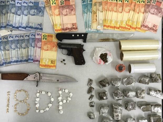 """Drogas, armas e dinheiro apreendidos pela Polícia Civil do DF em operação """"Casa 33"""" (Foto: Polícia Civil/Divulgação)"""