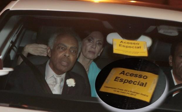 Gilberto Gil no carro com identifocação especial (Foto: Isac Luz/EGO)