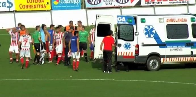 Ambulância Cristian Gómez Atlético Paraná x Boca Unidos Campeonato Argentino (Foto: Reprodução de vídeo)