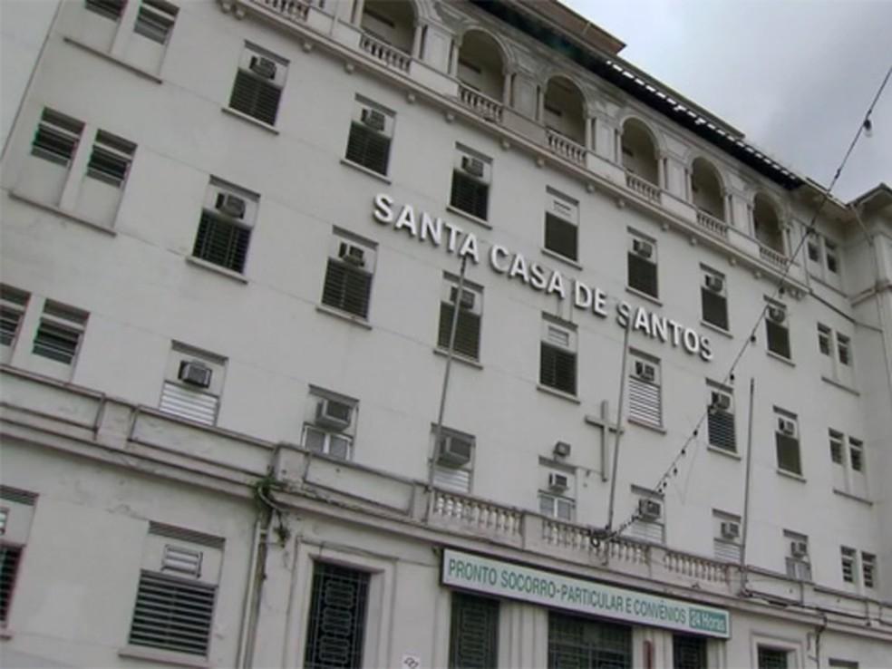 Menor foi transferida para a Santa Casa de Santos. Segundo o hospital, ela está com 15% do corpo queimado.  (Foto: Reprodução / TV Tribuna)