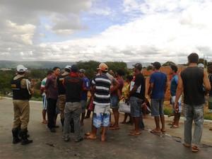 PM negociou liberação da rodovia com os manifestantes (Foto: Michelly Oda / G1)