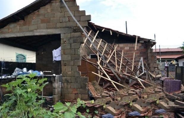 Chuva forte destruiu casas e deixou famílias desabrigadas em Ceres, Goiás (Foto: Reprodução/TV Anhanguera)