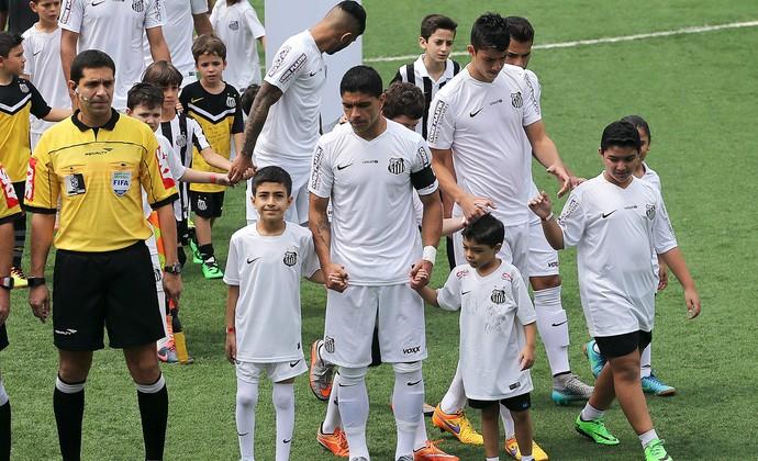 Crianças sírias entraram em campo com o time do Santos (Foto: Pedro Ernesto Guerra Azevedo/Santos FC)