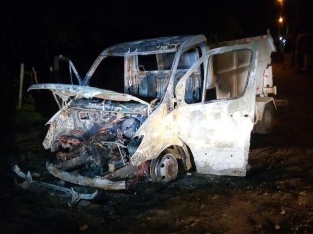 Caminhão de lixo foi completamente incendiado no bairro Vila Brasil em São Luís (Foto: Werton Araújo/TV Mirante)