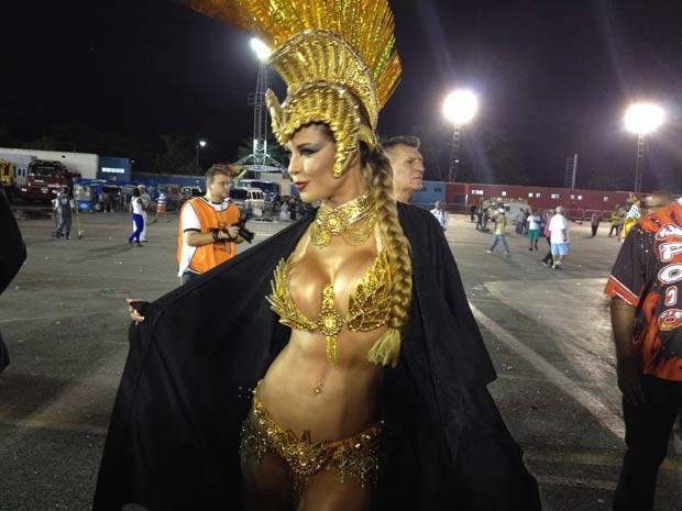 A ex-bb Cacau vai usar fantasia ecologicamente correta, sem penas e só com capim dourado.  (Foto: Isabela Leite/G1)