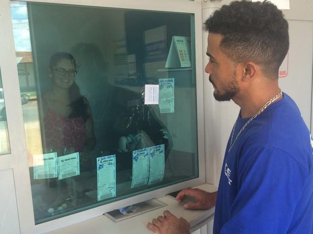 Raimundo Nonato espera ser o próximo a ganhar prêmio de loteria em Aparecida de Goiânia, Goiás (Foto: Paula Resende/ G1)