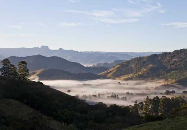 SERRAÇÃO. Um dos vales de Gonçalves cobertos pela névoa. Ao fundo, a Pedra do Baú, em Campos do Jordão (Foto: Lufe Gomes / Editora Globo)