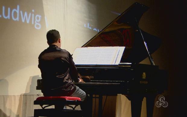 Concerto do pianista Benhur Cionek no teatro das Bacabeiras (Foto: Reprodução/TV Amapá)