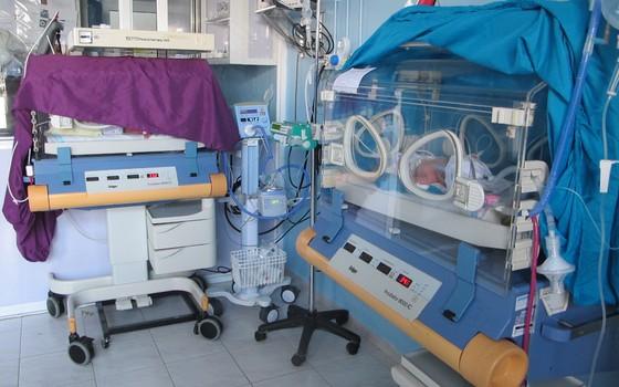 A gêmeas Maran e Mirna, recém-nascidas na unidade neonatal da Médicos Sem Fronteiras em Irbid, na Jordânia (Foto: Teresa Perosa/ ÉPOCA)