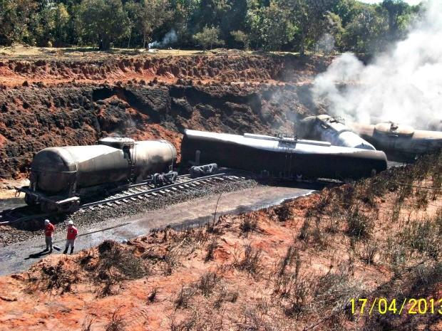 Após descarrilamento, 25 vagões foram incendiados em Ivinhema (MS) (Foto: Divulgação/PMA)