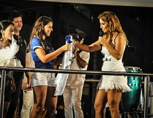 Ivete Sangalo recebe camisa do Confiança no trio elétrico (Foto: Reprodução/Facebook)