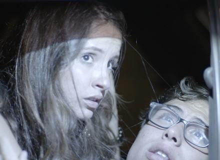 Filipe e Nanda namoram no carro e são flagrados pela polícia