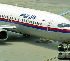 Um jato da Malasya Airlines no aeroporto de Kuala Lumpur, na Tailândia. Na madrugada de sábado, um dos jatos da empresa desapareceu transportando 239 pessoas (Foto:  EFE/EPA/AHMAD YUSNI)