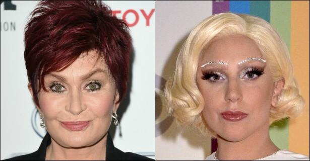 """Lady Gaga, por sua vez, também tem outras tretas. A família Osbourne, por exemplo. Gaga no começo defendia Kelly Osbourne, pedindo a seus seguidores no Twitter para que não fizessem bullying com a apresentadora de cabelo roxo. Depois, porém, criticou Kelly por causa de seu trabalho no 'Fashion Police', que consiste em zoar os looks de outras celebridades. A mãe de Kelly, Sharon Osbourne (foto), defendeu a cria e chamou a popstar de """"valentona"""" e """"hipócrita em busca de atenção"""". Ai! Elas depois se cumprimentaram ao vivo num programa de TV, mas, né, isso não diminui o climão. (Foto: Getty Images)"""