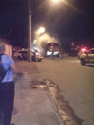 Ônibus foi atacado após confronto com a polícia em Guarujá (Foto: G1)
