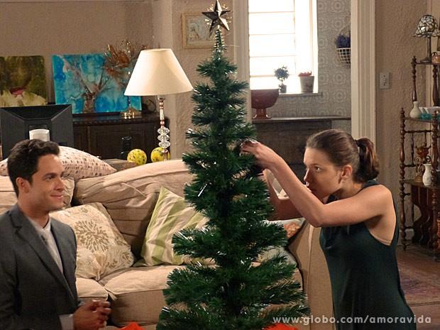 Linda e Rafael montam a àrvore de Natal (Foto: Amor à Vida/ TV Globo)
