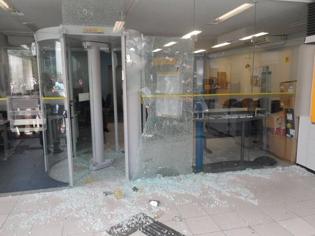 Vidraças do banco ficaram quebradas após grupo promover tiroteio durante assalto no Piauí (Foto: Hugo Júnior Fernandes )
