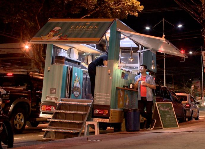 Flagrante! Durante a gravação nosso apresentador também provou as comidas feitas nos caminhões gourmet (Foto: Divulgação/TV Gazeta)