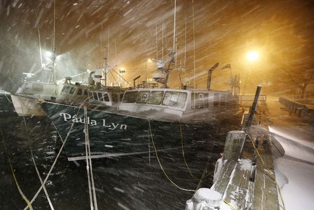 Barcos de pesca são vistos durante tempestade de neve em Massachussets nesta terça-feira (27) (Foto: Michael Dwyer/AP)