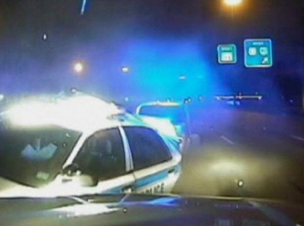 Câmera flagra hora em que policial impede mulher de ser atropelada (Foto: BBC)
