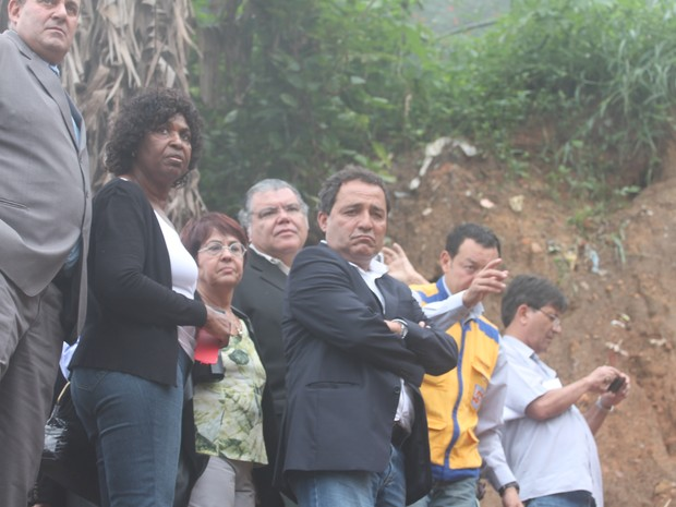 Deputados visitam uma área do Quitandinha onde 20 pessoas morreram (Foto: Felipe Carvalho/G1)