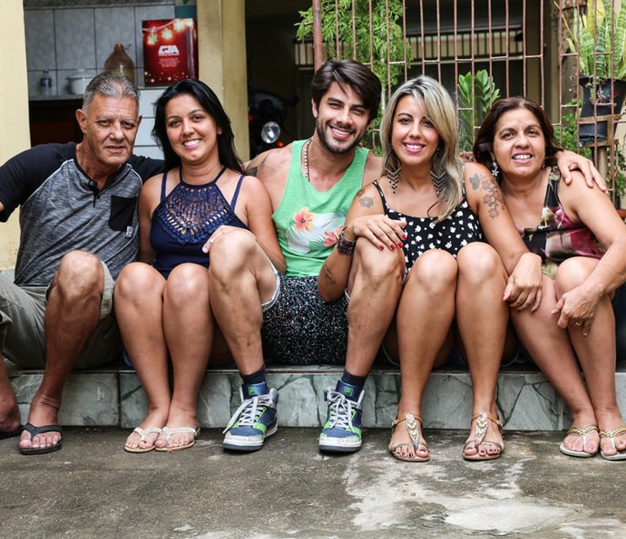 Renan do BBB16 ao lado de seus pais e de suas irmãs (Foto: Fernanda Frozza/Gshow)