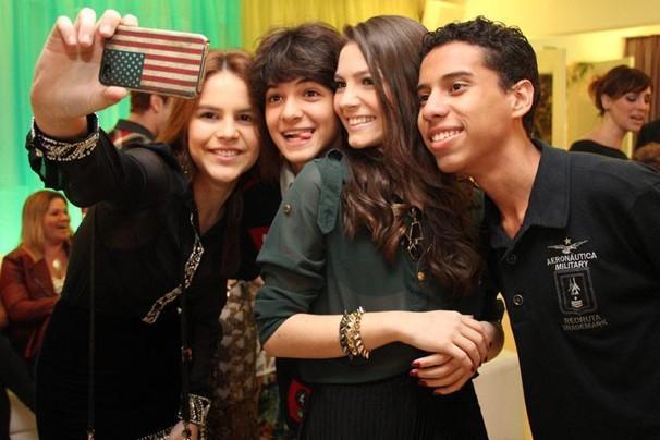 Bianca Salgueiro, a Anita da nova temporada de Malhação, faz o registro com seus colegas de elenco (Foto: Nathalia Fernandes/Globo)