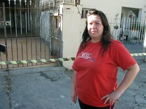 Fabiana Stoianov preocupa-se com cachorros e gatos que ficaram em sua casa, que foi interditada pela Defesa Civil (Foto: Fabiano Correia/ G1)