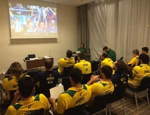 Seleção brasileira de handebol estudando a Espanha