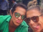 Thammy Miranda aparece de blusa aberta e manda beijinho em selfie
