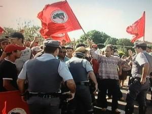Manifestantes interditaram uma faixa da rodovia Raposo Tavares em Itapetininga (SP) (Foto: Reprodução / TV TEM)