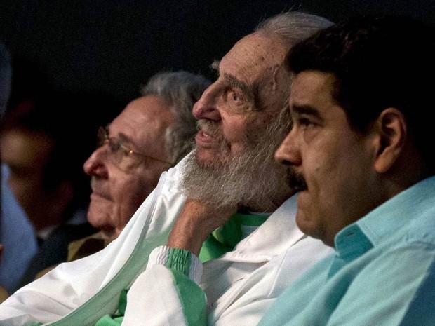 O ex-presidente de Cuba, Fidel Castro (centro), participa de festa de gala celebrando seu aniversário de 90 anos, acompanhado de seu irmão, Raúl (ao fundo) e do presidente da Velezuela, Nicolas Maduro (direita), no teatro Karl Marx em Havana (Foto: Ismael Francisco/Cubadebate/AP)