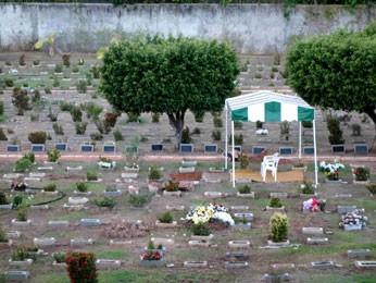 Enterro dos irmãos mortos após carro bater em árvore em Salvador, na Bahia (Foto: Egi Santana/G1)