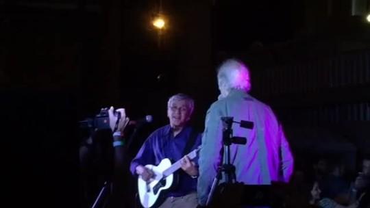 Caetano Veloso e Erasmo Carlos cantam em ato contra o fim do MinC