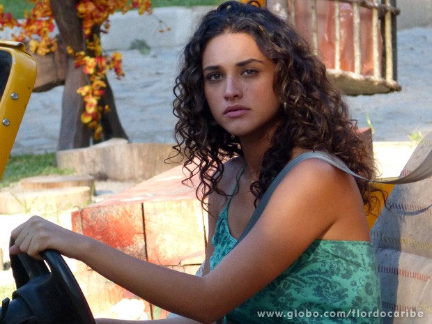 Enciumada, Taís pensa que Isabel tem alguma coisa com Mantovani ao vê-los no quiosque (Foto: Flor do Caribe / TV Globo)