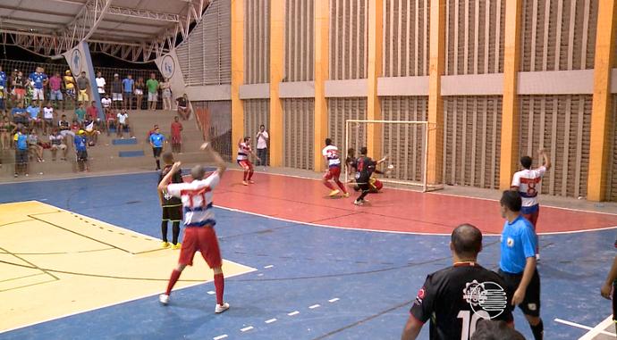 Bola em cima da linha causa confusão em final  (Foto: Reprodução/TV Clube)