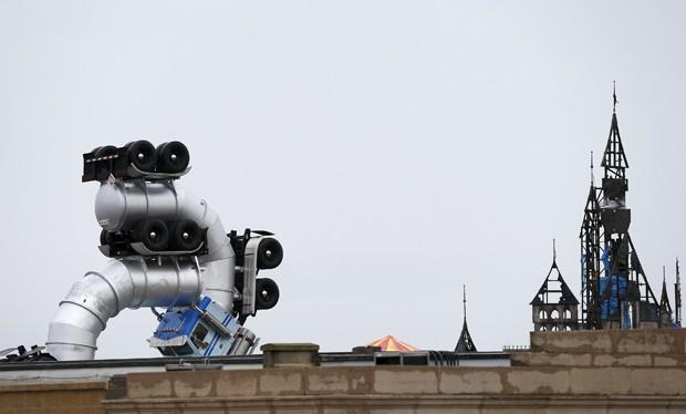Sátira da Disney criada por Banksy na Inglaterra (Foto: Reuters/Suzanne Plunkett)