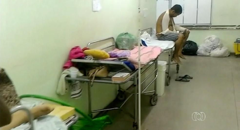 Pacientes internados em corredor dividem espaço com lixo acumulado em hospital (Foto: Reprodução/TV Anhanguera)