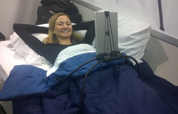 Tablift é acessório para preguiçosos apoia tablet na cama para usá-lo deitado. (Foto: Gustavo Petró/G1)