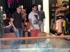 William Bonner passeia com os filhos trigêmeos em shopping no Rio