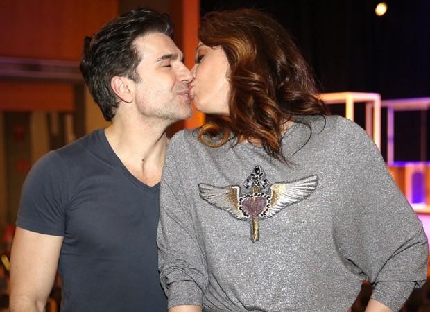 Jarbas Homem de Mello e Cláudia Raia trocam beijos em SP (Foto: Manuela Scarpa/Brazil News)