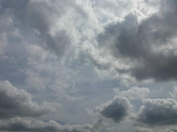 Céu de Campo Grande ficou ensolarado e com muitas nuvens nesta tarde desta quinta-feira (15) (Foto: Nathália Rabelo/G1 MS)