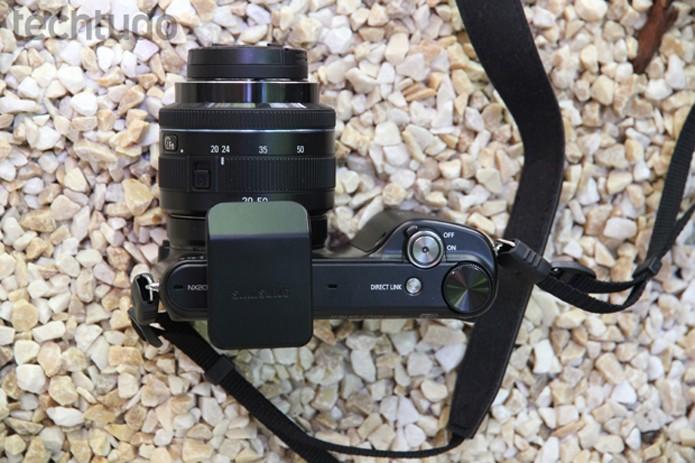 Parte superior da Samsung NX2000, com poucos botões (Foto: Luciana Maline/TechTudo)
