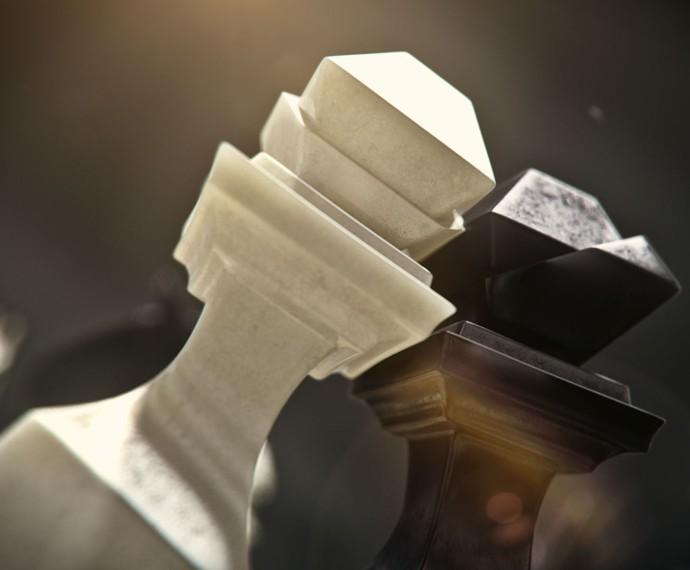 Peças de xadrez pretas e brancas fazem parte da abertura, sinalizando o bem e o mal (Foto: TV Globo)